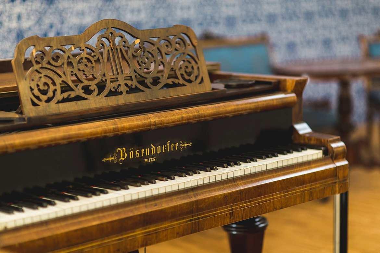 """Der Bösendorfer-Flügel im """"Blauen Salon"""", Foto: © Heiling / Lorenz"""